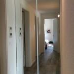 Porta scorrevole con specchi per tamponamento corridoio