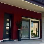 Serramento-pvc-alzante-scorrevole-con-tendine-oscuranti-orientabili-all'interno-dei-vetri-e-porta-ingresso